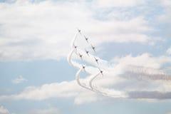 Los jets del T1 del halcón con blanco fuman Foto de archivo libre de regalías