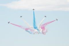 Los jets del T1 del halcón con coloreado fuman en salón aeronáutico Imagenes de archivo