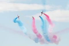 Los jets del T1 del halcón con coloreado fuman en salón aeronáutico Foto de archivo libre de regalías
