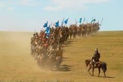 Los jinetes mongoles del caballo participan en la demostración histórica tradicional de la era de Genghis Khan en Ulaanbaatar, Mo Imagen de archivo