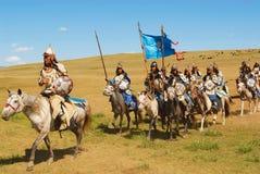 Los jinetes mongoles del caballo participan en la demostración histórica tradicional de la era de Genghis Khan en Ulaanbaatar, Mo Fotos de archivo libres de regalías