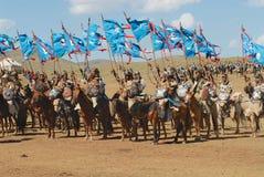 Los jinetes mongoles del caballo participan en la demostración histórica tradicional de la era de Genghis Khan en Ulaanbaatar, Mo Fotos de archivo