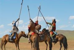 Los jinetes mongoles del caballo participan en la demostración histórica tradicional de la era de Genghis Khan en Ulaanbaatar, Mo Imagen de archivo libre de regalías