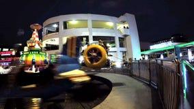 Los jinetes pilotan sus propios aviones alrededor en este paseo de giro almacen de video