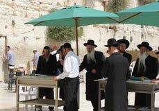 Los judíos ortodoxos ruegan en la pared occidental en Jerusalén Imagenes de archivo