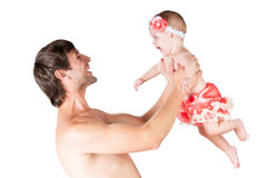 Los juegos con el papá, padre lanzan para arriba a la hija del bebé en brazos Imágenes de archivo libres de regalías