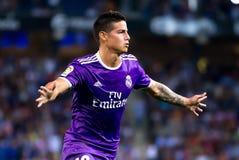 Los juegos de James Rodriguez en el La Liga hacen juego entre los CF del RCD Espanyol y del Real Madrid fotos de archivo