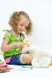 Los juegos de la muchacha con las herramientas del juguete Imágenes de archivo libres de regalías