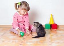 Los juegos de la muchacha con un gatito Imagen de archivo libre de regalías