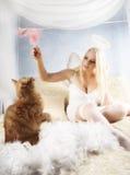 Los juegos de la muchacha con un gatito Fotografía de archivo libre de regalías