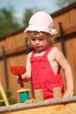 Los juegos de la muchacha a una salvadera. Formato vertical. Imagen de archivo libre de regalías