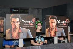 Los juegos de la mujer joven concentraron el juego Yakuza en Gamescom 2017 Fotografía de archivo