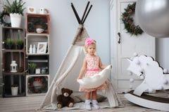 Los juegos de la niña en el cuarto de niños Imagen de archivo libre de regalías