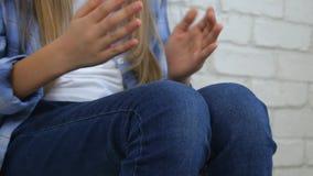 Los juegos de las manos el jugar de ni?o, ni?o aburrido, muchacha juegan al juego de las manos, ni?o se divierten almacen de video