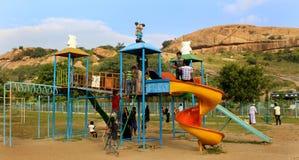 Los juegos de niños en el parque en el complejo sittanavasal del templo de la cueva Fotos de archivo