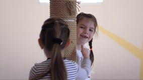 Los juegos de los niños, niñas que sonríen y se divierten junto en guardería metrajes