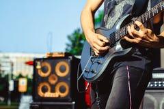 Los juegos del guitarrista en la calle Fotos de archivo libres de regalías