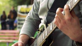 Los juegos del guitarrista en la calle almacen de metraje de vídeo