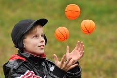 Los juegos del muchacho con las bolas Imagen de archivo