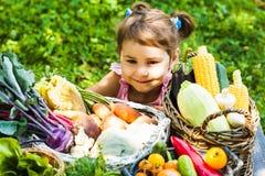 Los juegos preciosos de la muchacha con las verduras Imagen de archivo libre de regalías