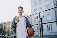 Los jugadores de básquet imagenes de archivo