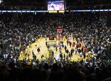 Los jugadores de básquet celebran el acabamiento del juego Imagenes de archivo