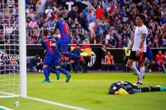 Los jugadores de Barcelona celebran una meta en el partido de Liga del La entre el Valencia CF y el FC Barcelona en Mestalla imagen de archivo libre de regalías