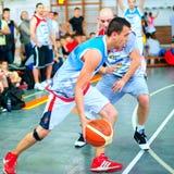 Los jugadores de Bascketball se realizan en la arena de deporte Foto de archivo