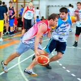 Los jugadores de Bascketball se realizan en la arena de deporte Foto de archivo libre de regalías