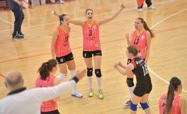 Los jugadores de CSM Bucarest felices para ganar un duringthe del punto hacen juego con el CS Stiinta Bacau Foto de archivo libre de regalías