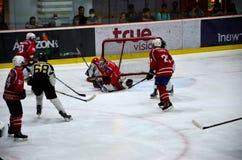 Los jugadores de equipo de Mongolia defienden meta contra Malasia en partido del hockey sobre hielo en la pista Bangkok Tailandia Imagenes de archivo