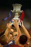 Los jugadores de FC Barcelona soportan el trofeo de Supercup fotografía de archivo