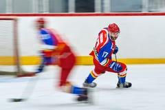 Los jugadores de hockey compiten durante partido del hockey Imagen de archivo