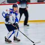 Los jugadores de hockey compiten durante partido del hockey Fotos de archivo