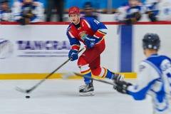 Los jugadores de hockey compiten durante partido del hockey Fotografía de archivo libre de regalías