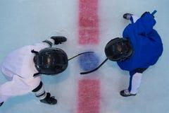 Los jugadores de hockey encendido hacen frente apagado Fotos de archivo libres de regalías
