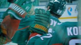 Los jugadores de hockey de la opinión del cierre de la cámara lenta saludan guantes de perforación almacen de video