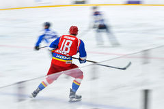 Los jugadores de hockey no identificados compiten durante partido del hockey Fotografía de archivo libre de regalías