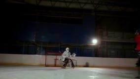 Los jugadores de hockey profesionales juegan el tiroteo El jugador que toma a pena un portero del hockey steadicam almacen de metraje de vídeo