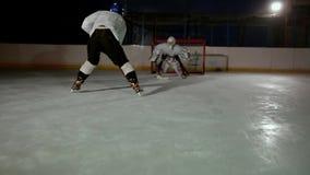 Los jugadores de hockey profesionales juegan el tiroteo El jugador que toma a pena un portero del hockey steadicam almacen de video