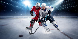 Los jugadores de hockey tiran el duende malicioso y los ataques Foto de archivo