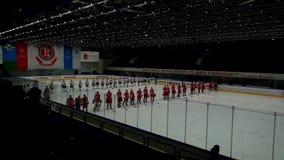 Los jugadores de hockey van en la arena del hielo antes del partido almacen de video