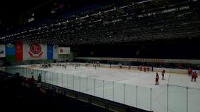 Los jugadores de hockey van en la arena del hielo antes del partido metrajes