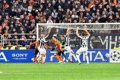 Los jugadores de Juventus aumentan sus manos en la puerta Imágenes de archivo libres de regalías
