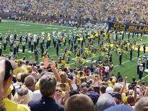 Los jugadores de Michigan toman el campo Imagen de archivo libre de regalías
