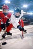 Los jugadores de los niños del deporte del hockey sobre hielo foto de archivo