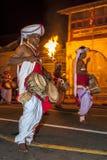 Los jugadores de Thammattam se realizan en el Esala Perahera en Kandy, Sri Lanka Fotografía de archivo libre de regalías