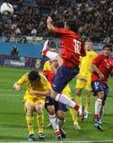 Los jugadores de Ucrania y de Chile luchan para la bola Fotos de archivo libres de regalías