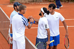 Los jugadores del equipo Klizan (dejado) y del equipo Shamasdin (derecho) saludan después del partido Foto de archivo libre de regalías