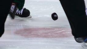 Los jugadores del primer de la cámara lenta luchan para el duende malicioso del juez en el hielo metrajes